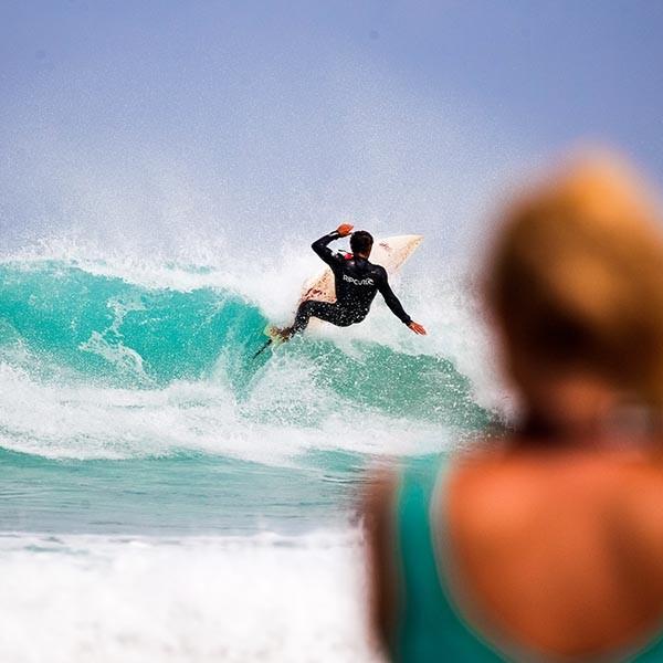 Surfer in der Bucht von Baleal
