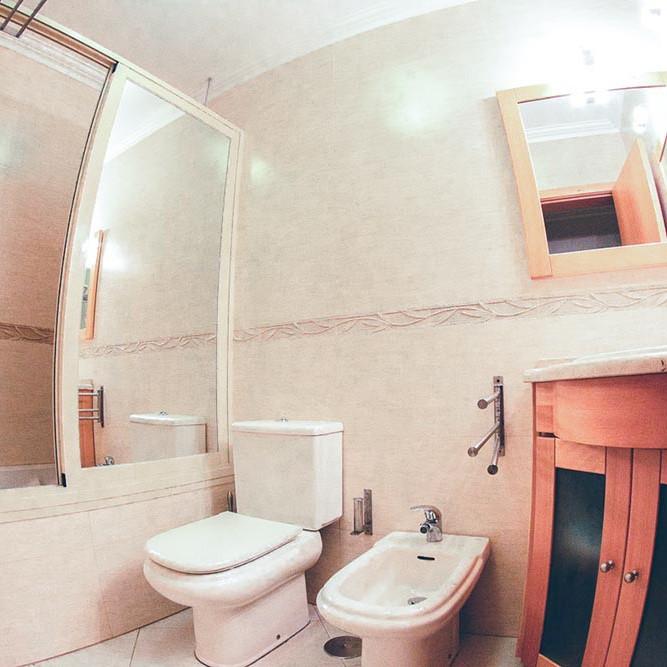 Badzimmer mit WC, Badewanne und Bidet