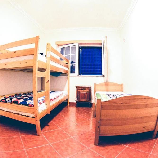 Zimmer mit einem Stock und einem Einzelbett