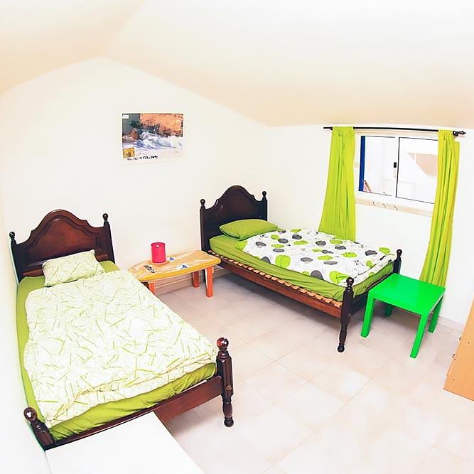 Zimmer in der Ferienwohnung 2 mit zwei Betten in Peniche