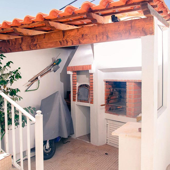 Barbecue Ecke mit Pizzaofen mitten in Baleal