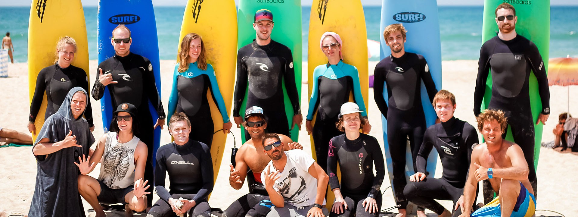 Surfergruppe am Strand